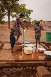 Africa;Benin;Children;Drinking-water;Kaleidos;Kaleidos-images;Pumps;Tarek-Charara;Water;Water-well;Woman;Women