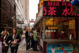 Asia;Asie;Booths;Boutiques;China;Chine;Food;Kaleidos;Kaleidos-images;Nourriture;Salesman;Shacks;Shanghai;Snacks;Street-food;Tarek-Charara;Vendeurs;Échoppes