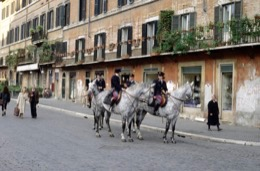 cavalo-cavalos;cavallo-cavalli;caballo-caballos;Pferdepferd;horse-horses;cheval-chevaux;Reiter;cavaleiro;cavaliere;jinete;rider;cavalier;polícia;poliziotto;policía;police-officer;Polizeibeamter;policier